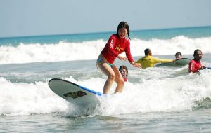 belajar surfing dipantai kuta