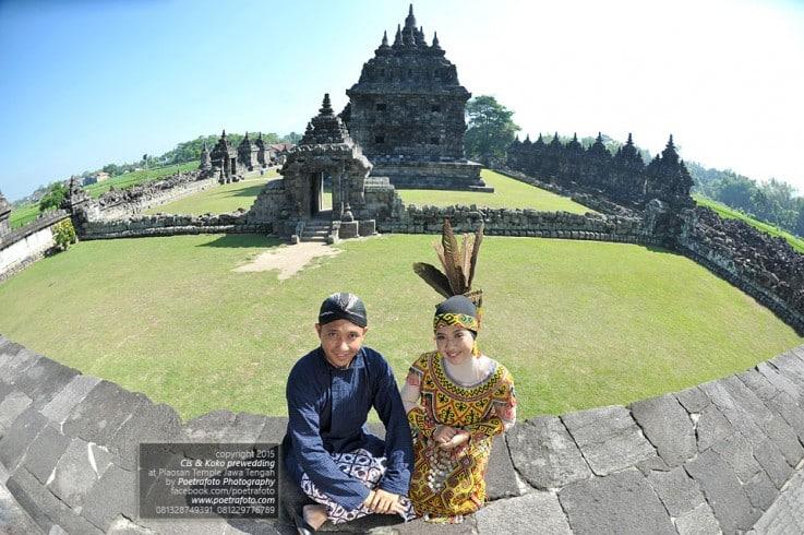 Foto Prewedding Unik Outdoor Di Jogja By Fotografer Prewed: Wisata Candi Plaosan Yang Dibentuk Dengan Rasa Cinta