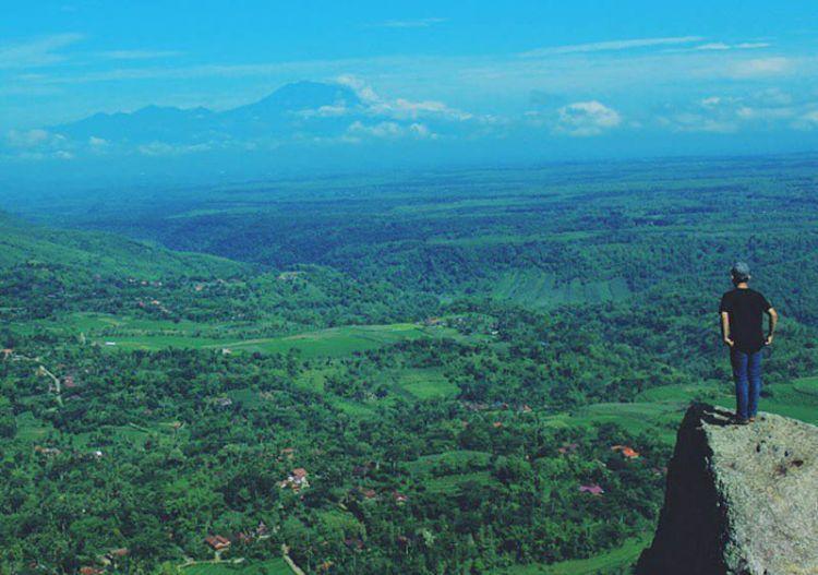 Berpetualang dan menikmati pemandangan di dari puncak gunung gajah